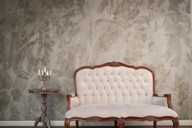 Poltrona vintage di lusso color crema