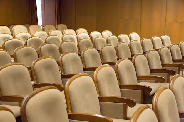 Poltrone di sedili vintage marrone in teatro
