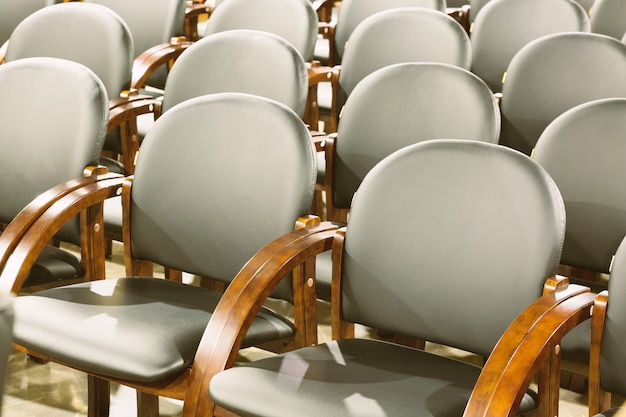 Poltrone nere moderne dei sedili nella sala per conferenze. interno della sala conferenze o d'affari
