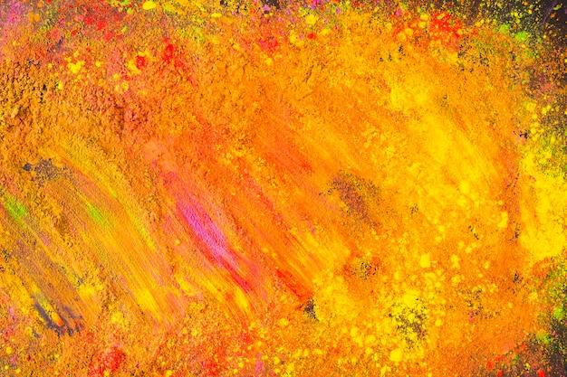 Polvere arancione brillante sparsa sul tavolo