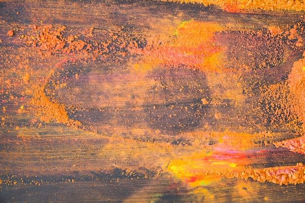 Polvere brillante arancione sul tavolo
