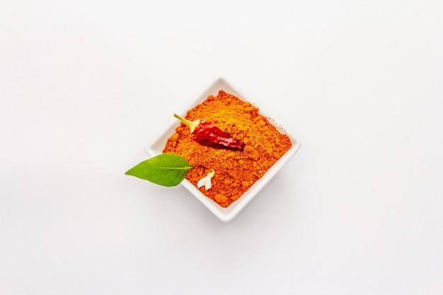 Polvere calda ungherese della paprica isolata su bianco