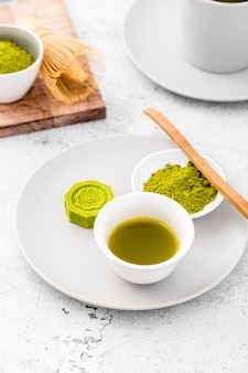 Polvere del tè di matcha del primo piano su un piatto