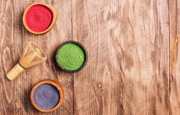 Polvere di bacche di acai, polvere di foglie di tè verde e polvere di tè di fiori di clitoria. con copia spazio