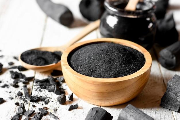 Polvere di carbone nero per maschera facciale e scrub.