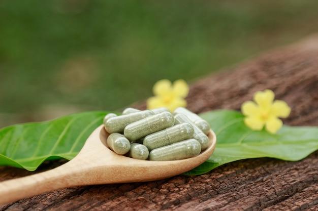Polvere di erbe medicinali con capsule per un'alimentazione sana da molte erbe, integratore alternativo per una buona vita