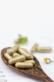 Polvere di erbe medicinali con capsule per un'alimentazione sana