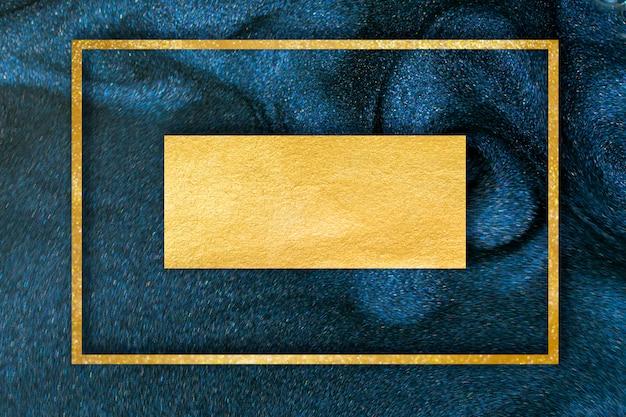 Polvere di glitter dorato su sfondo blu scuro.