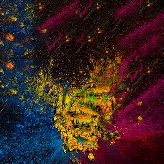 Polvere di holi astratta macchiata sulla superficie nera