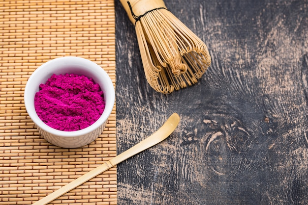 Polvere di matcha rosa dal frutto del drago