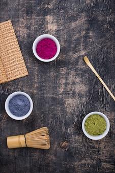Polvere di matcha verde, blu e rosa