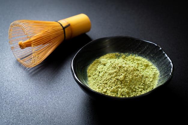 Polvere di tè verde matcha con frusta