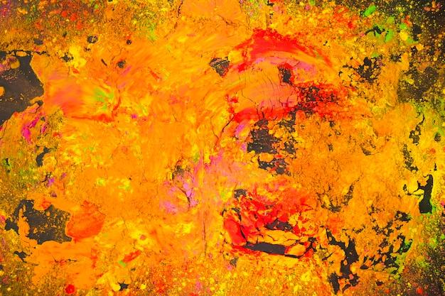 Polvere dipinta multicolore sul tavolo nero