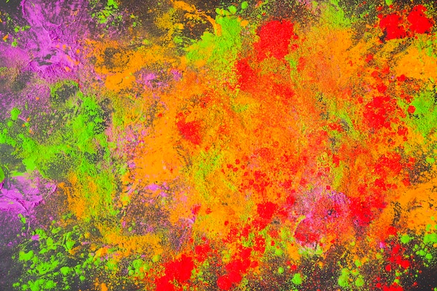 Polvere dipinta sparsa sul tavolo