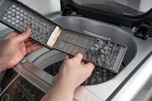 Polvere e sporco intrappolati dal filtro della lavatrice.