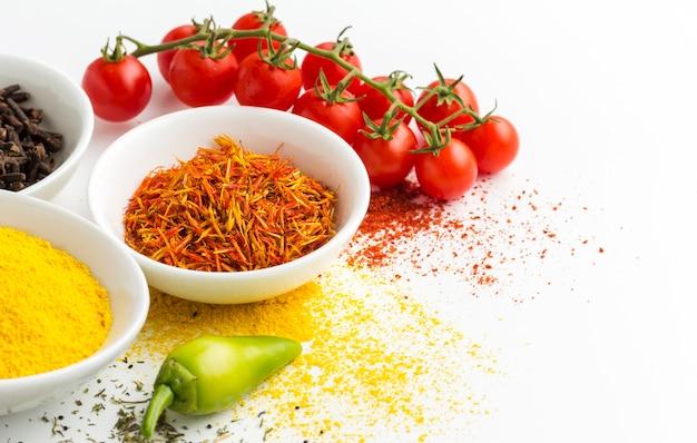 Polvere ed ingredienti piccanti del primo piano sulla tavola