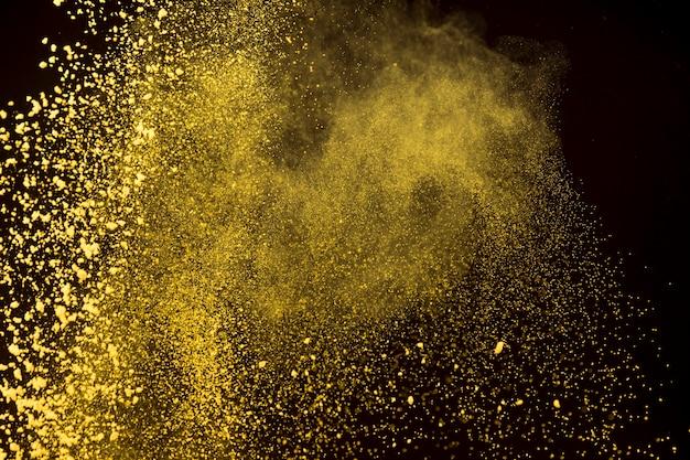 Polvere luminosa di polvere di trucco su sfondo scuro