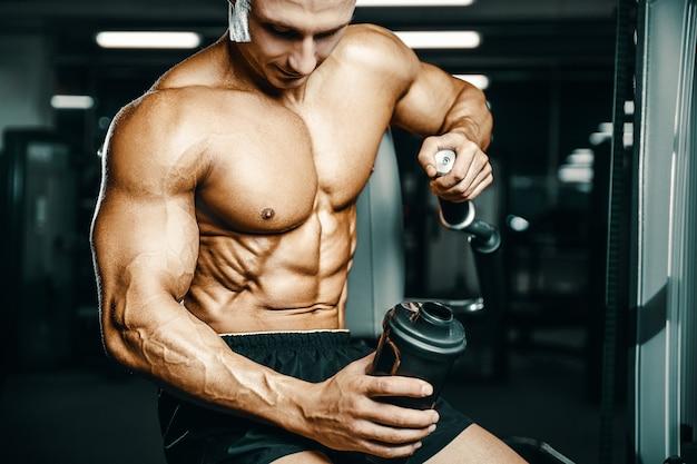 Polvere proteica per bodybuilder dopo allenamento fitness