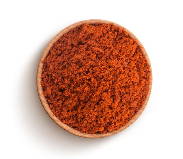 Polvere rossa della paprica isolata su fondo bianco. vista dall'alto