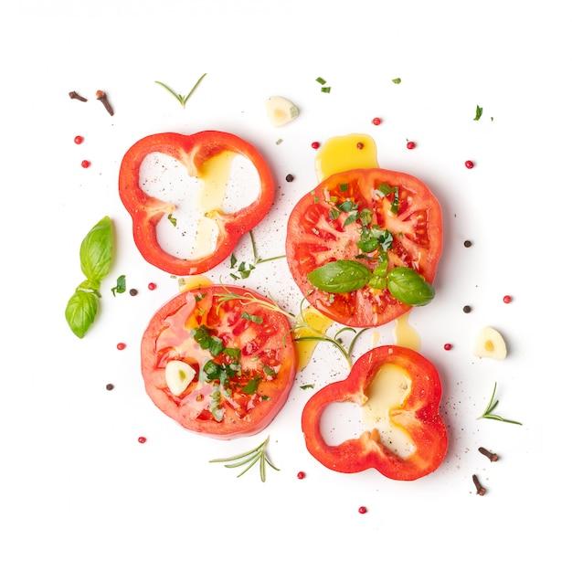 Pomodori a fette e basilico vista dall'alto e distesi piatti