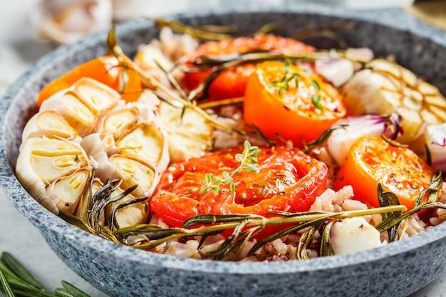 Pomodori al forno con riso integrale in padella