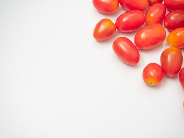 Pomodori ciliegia freschi su fondo bianco