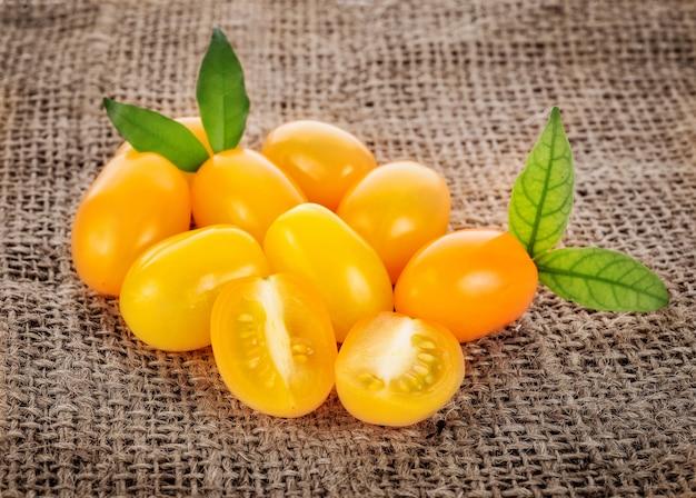 Pomodori ciliegia gialli organici crudi