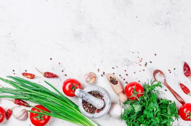 Pomodori ciliegia su un ramo, olio, prezzemolo e spezie