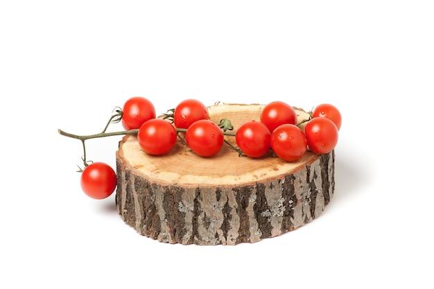 Pomodori ciliegia sulla fetta di legno