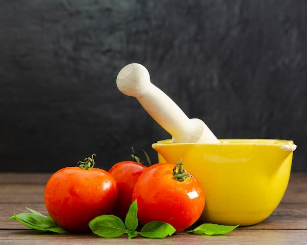 Pomodori con la menta su superficie di legno