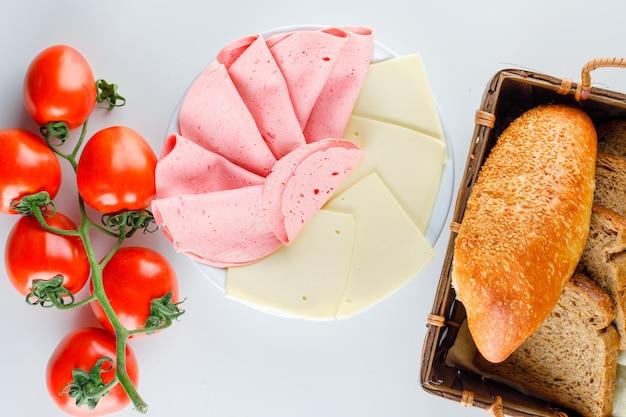 Pomodori con pane, formaggio, salsiccia, piatto.