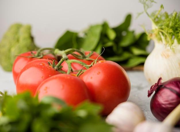 Pomodori deliziosi per insalata sana