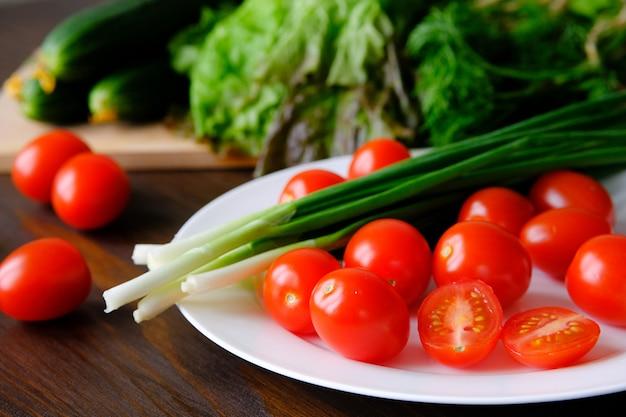 Pomodori e cipolle verdi su un piatto