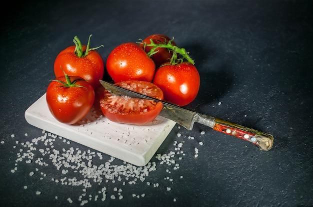 Pomodori e sale illuminazione low-key
