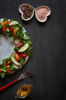 Pomodori freschi crudi, cetrioli, spinaci baby e verdure stagionali.