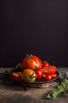 Pomodori freschi deliziosi sull'angolo alto del piatto