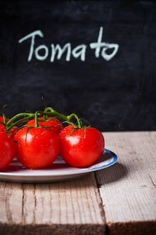 Pomodori freschi e lavagna