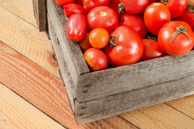 Pomodori freschi in una scatola di legno