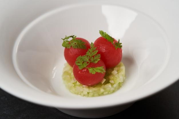 Pomodori freschi pelati e cetrioli tritati