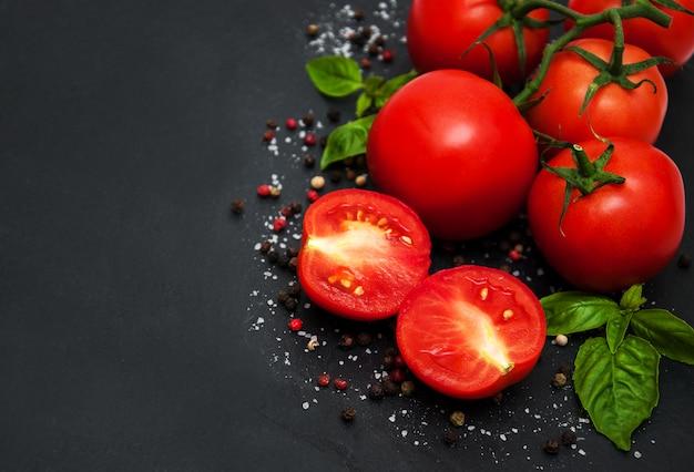 Pomodori freschi su un tavolo