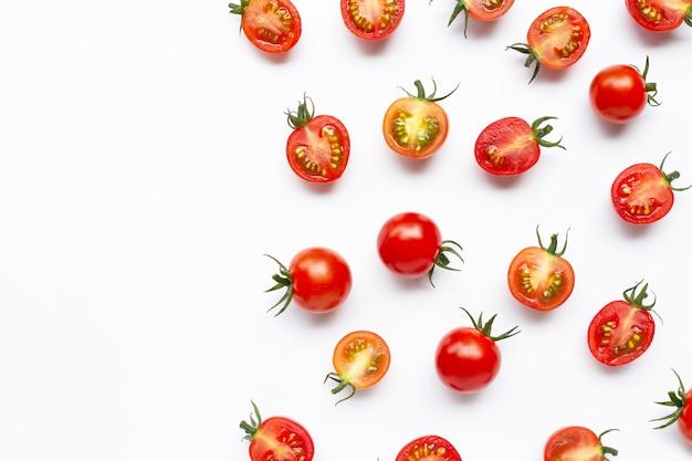 Pomodori freschi, taglio intero e mezzo isolato su bianco