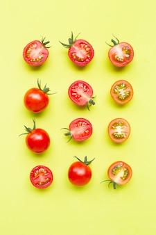 Pomodori freschi, taglio intero e mezzo isolato su verde