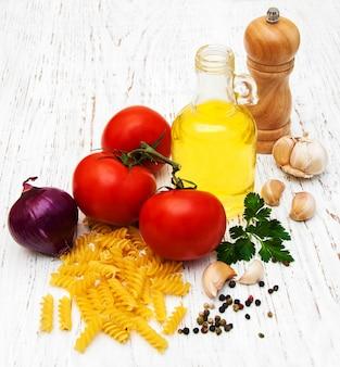 Pomodori, fusilli, aglio e olio d'oliva