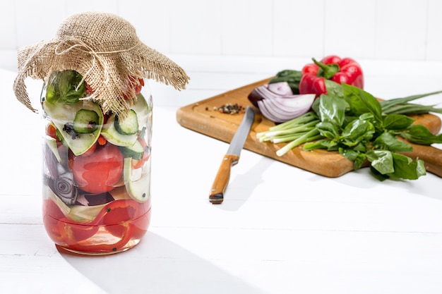 Pomodori in scatola e pomodoro fresco
