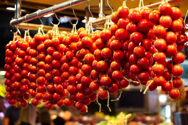 Pomodori in uno stand nel mercato della boqueria, a barcellona, in spagna.