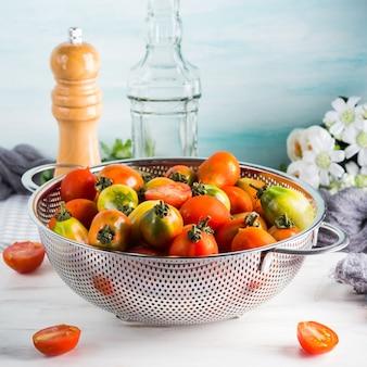 Pomodori italiani in una colapasta sul tavolo