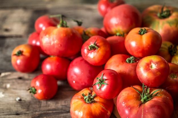 Pomodori maturi su fondo in legno