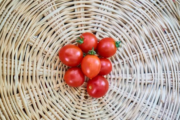 Pomodori nel cesto di vimini
