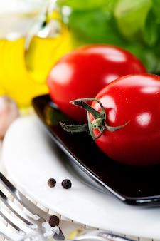 Pomodori, olio d'oliva ed erbe aromatiche