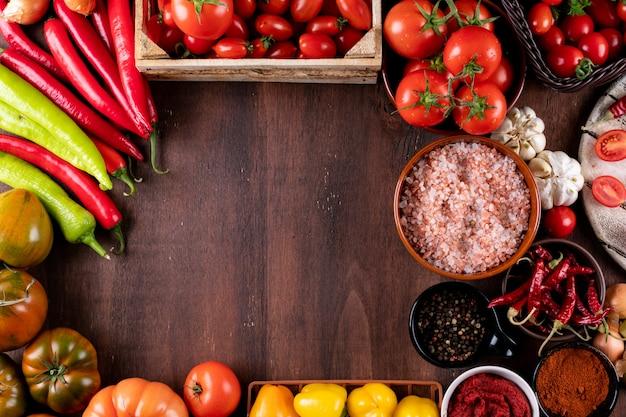 Pomodori peperoni sale aglio con spazio di copia disposti in cornice